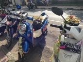 Canang Sari en las motos para que le den buena suerte y fortuna a sus dueños.