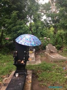 Un pequeño cementerio después de de las celebraciones de Galungan.